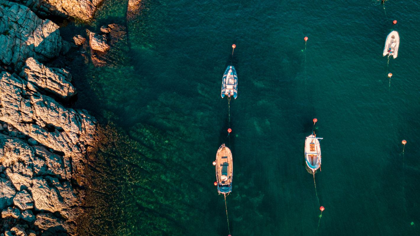 Vaixells en l'aigua prop de penya-segat